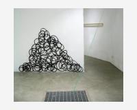 """""""Une seule ligne -incarnation (tas)""""  2005 - dessin découpé et épinglé 2,5cm en avant du mur -  encre de Chine sur papier - à l'avant-plan: """"Goutte verte"""" - long écoulement d'une goutte verte séché et découpé (papier synthétique), traversant les deux niveaux de l'espace - vue de l'exposition """"Disegnare"""", Senzatitolo, Roma (i) 2007   © Benoît Félix 2007"""