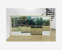 Unité derrière la barrière, 2019 Montage photographique, impression encadrée 116 x 234 cm