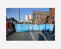 Littoral (la mer est une interdiction de passer - projet d'une barrière pour les côtes de l'Europe) 2016 Dessin découpé, acrylique sur Tyvek, 150 x 800cm manifestation « Human wave for solidarity and humanity » Bruxelles, 25/2/2018